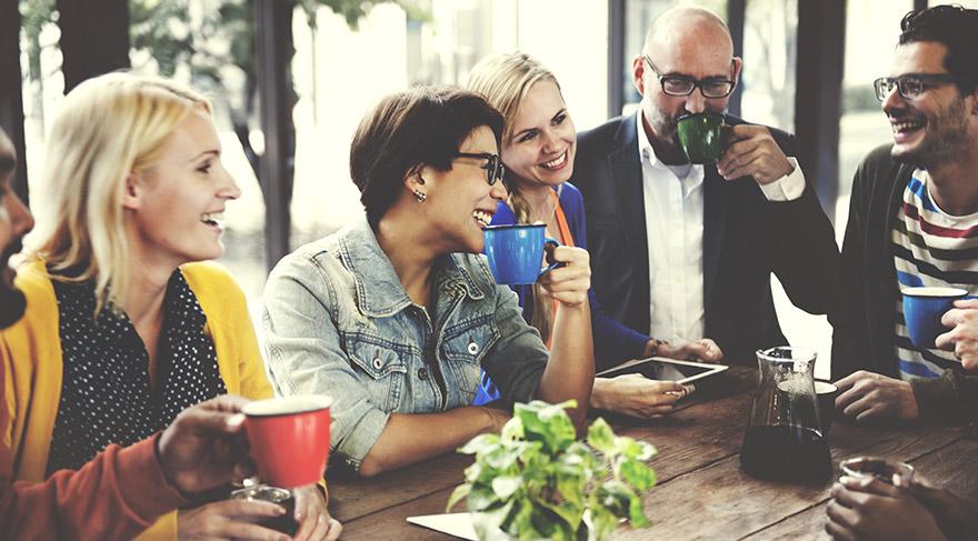 Kadınlarda beynin dil işlemcisi daha gelişmiş olduğu için erkeklere göre konuşmaya daha erken başlarlar.