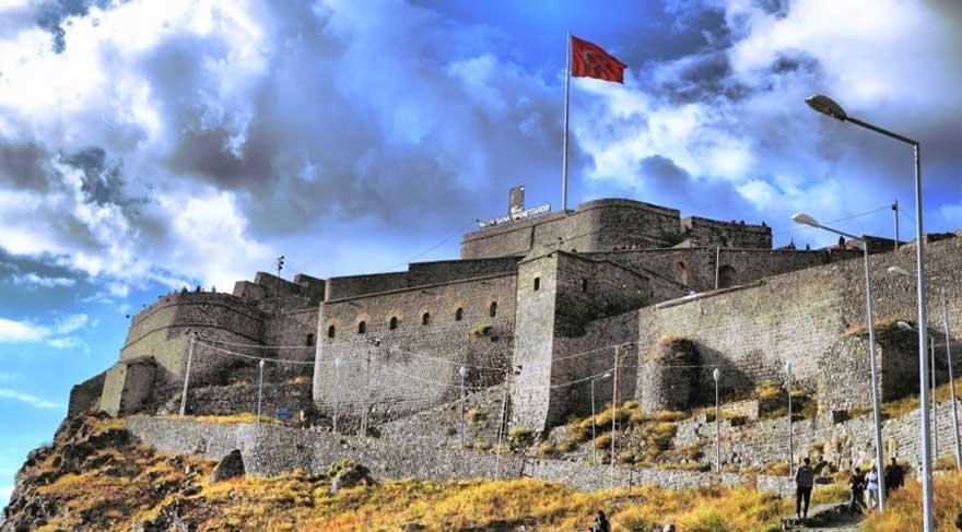 Kars Kalesi'nin dış surları yıkıma terkediliyor