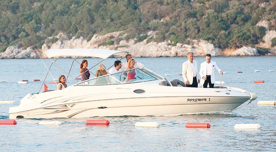 Çarmıklı ve Aloğlu aileleri düğüne deniz yoluyla geldi.