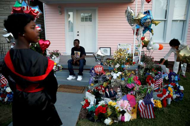 FOTO: REUTERS/ Hayranlar� Muhammed Ali'nin �ocuklu�unun ge�ti�i ve m�zeye d�n��t�r�len evin �n�nde hat�ra foto�raf� �ektiriyor.
