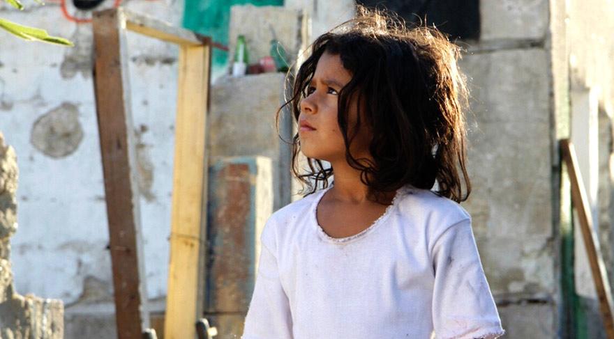 Bir gece evi İsrail Ordusu'na bağlı askerler tarafından basıldığında annesinin yönlendirmesiyle mutfak dolabına saklanır.