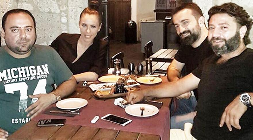 Murat Aşık ve Gökçen Paprika ile Alaçatı tatilinde