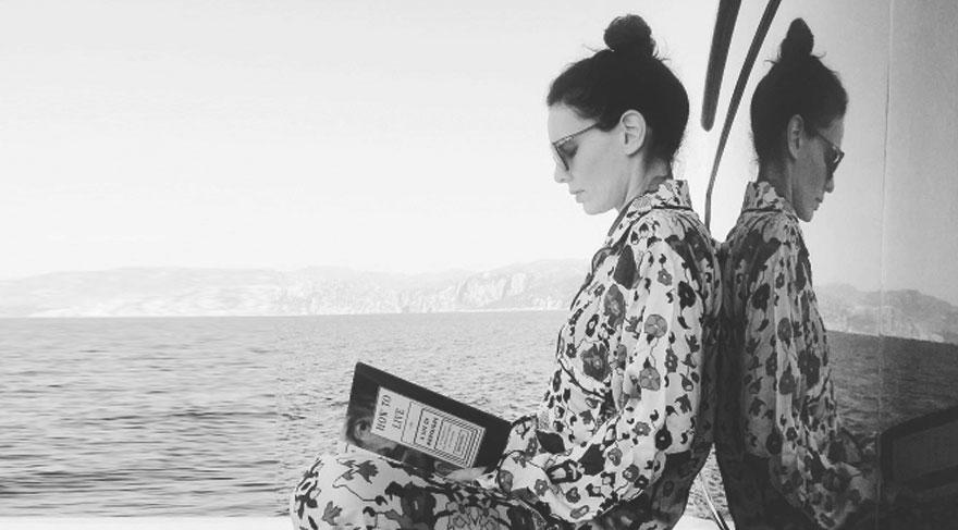 Nil Karaibrahimgil'in teknede kitap keyfi