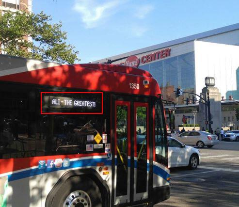 Louisville'deki otobüslere Efsane'nin adı yazıldı.