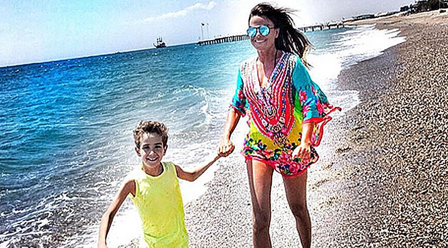 Özlem Yıldız, oğlu Demir'le birlikte tatil yapıyor