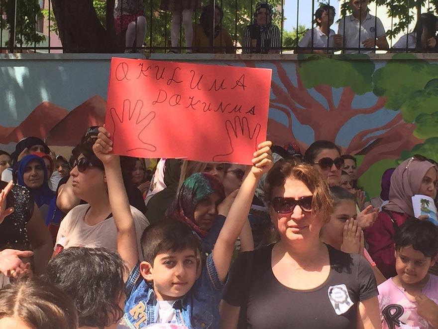 Öğrenci ve velilerden karne töreni sonrası 'okuluma dokunma' eylemi
