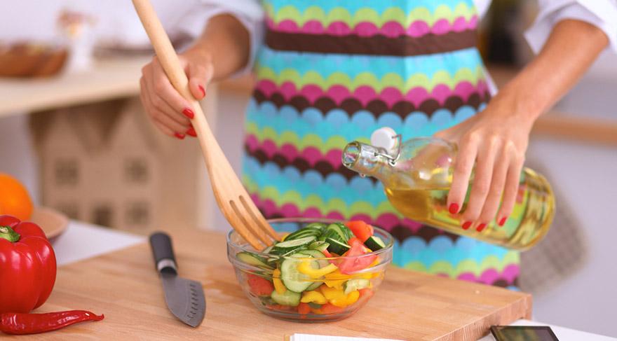 Tokluk hissini uzun sürdürecek tam tahıllı karbonhidrat ve haşlanmış yumurta ile taze yeşillikler ve yağsız-tuzsuz söğüş salata tüketilmelidir.