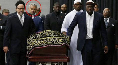 Muhammed Ali'nin tabutunu taşıyan isimler arasında Türkiye'den bir tek AKP'li vekil Hasan Turan vardı