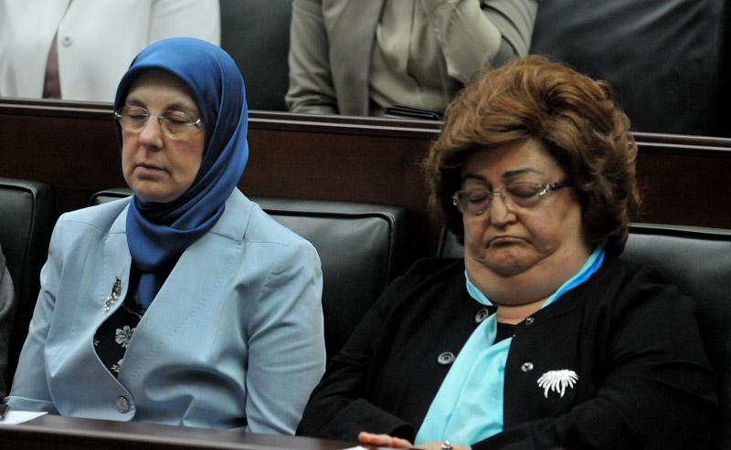 FOTO:SÖZCÜ - AKP'nin eski bakanlarından Fatma Güldemek Sarı (sağda) ile Güldal Akşit (solda) mışıl mışıl uyudu.
