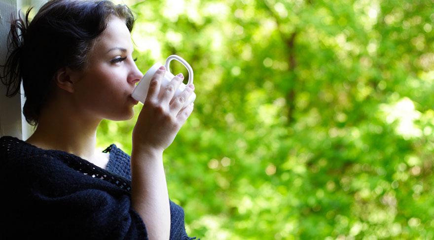 eşil çay, siyah çayla aynı bitkiden elde edilmesine rağmen; aralarındaki tek farklılık, işleme tekniğinden kaynaklanır.