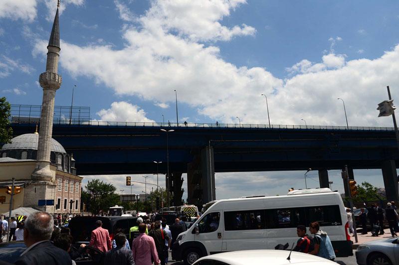 FOTO:DHA - CHP'liler dağılırken bir grup Haliç Köprüsü üzerinden yumurta attı.