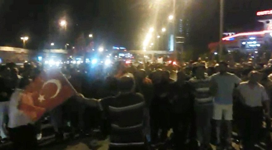 Darbe girişimi sonrası Türkiye sokaklara döküldü!