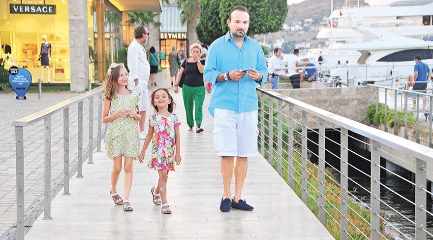 Kızlarıyla neşeli yürüyüş