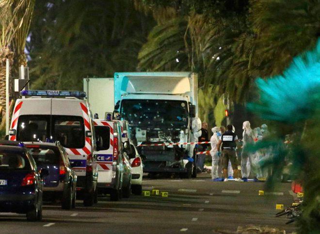 Reuters haber ajansı, Nice'teki korkunç saldırıda kullanılan kamyonun olay yerindeki fotoğrafını servis etti.