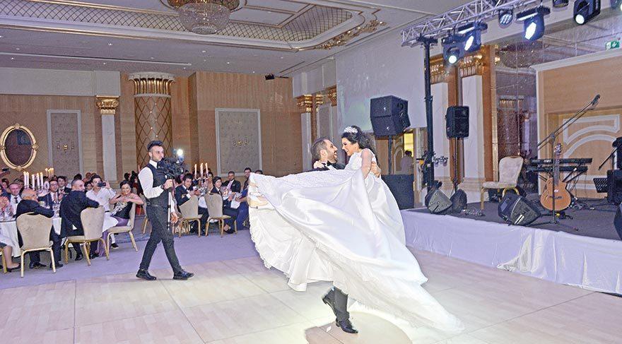 Gizem ve Manifer Alıcı çifti, düğün danslarıyla davetlilerin tüm bakışlarını üzerinde toplamış.
