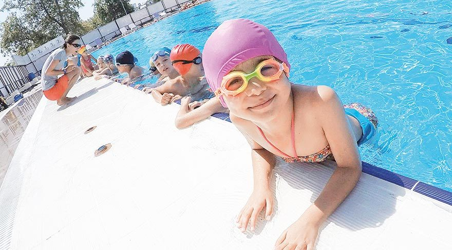 Bayraklı'da yüzme havuzu dolup taşıyor
