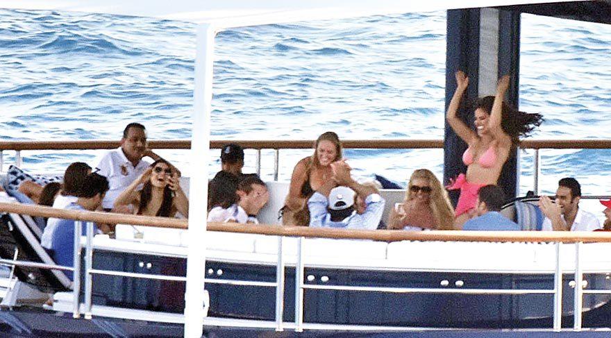 Bikinileriyle prenslerin arasında dolaşan kızlar gün boyu dans edip kraliyet ailesini eğlendirdi.