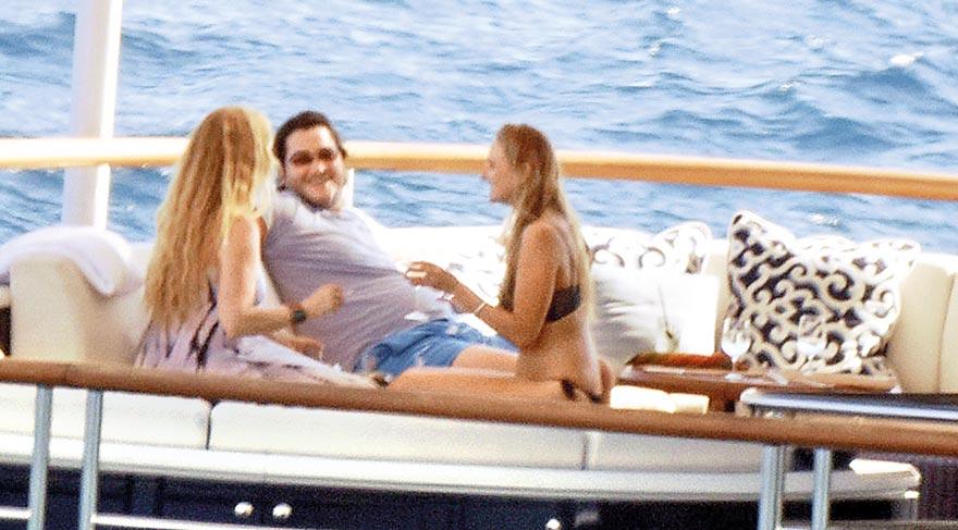 Prens Salman Bin Abdulazziz Al Saud bikinili kızlarla kahkaha attı.