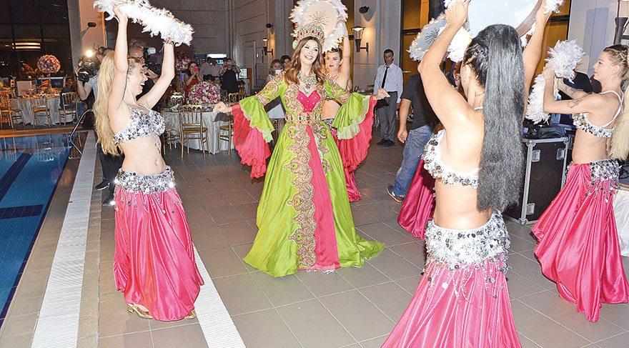Kınayı basan Timur Acar, dans ekibine bahşiş verdi. Kız tarafı kınayı basmalarını engelleyince havaya para atarak yolun açılmasını sağladı.
