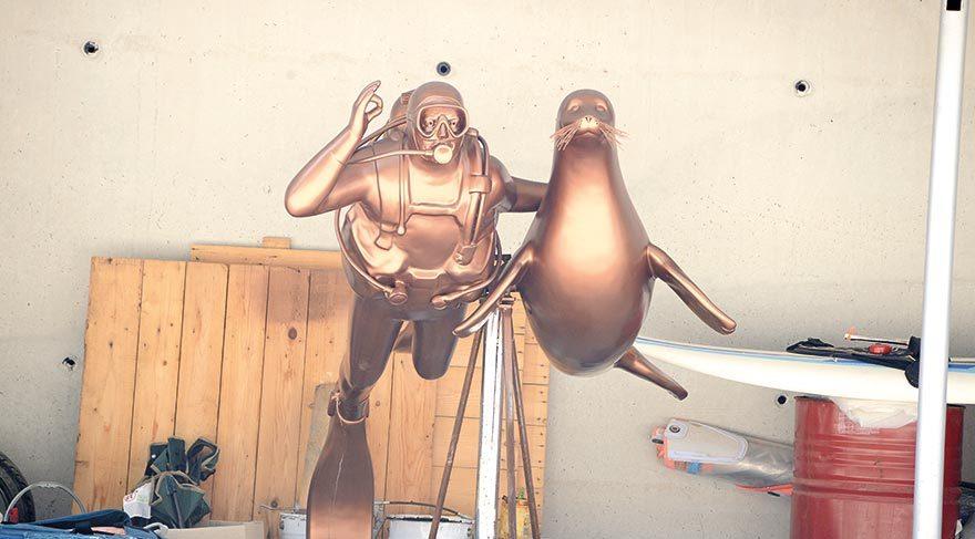 Mustafa V. Koç ve Akdeniz foku Badem'in 550 kilogramlık heykeli