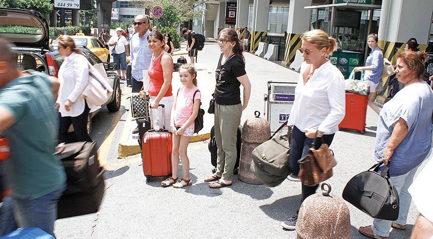 Valizlerini kendi taşıdı