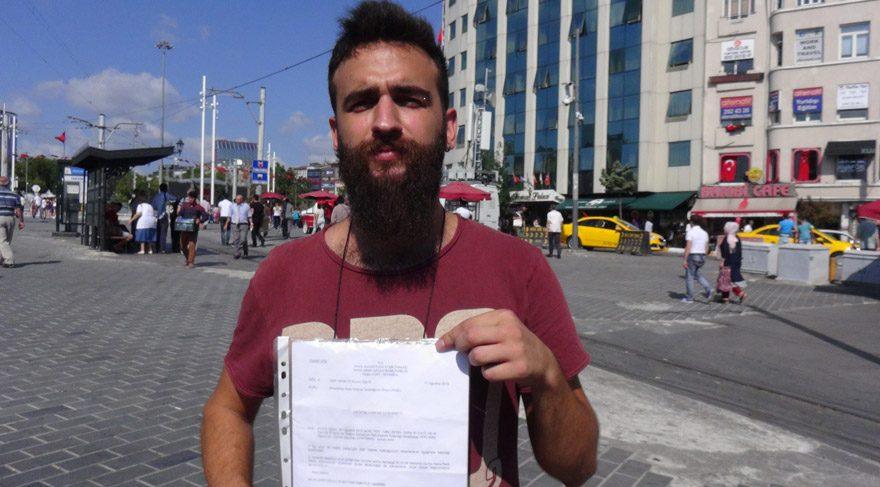 Foto: DHA -Adnan Batuhan Ayırtman aldığı takdir belgelerini gösterdi