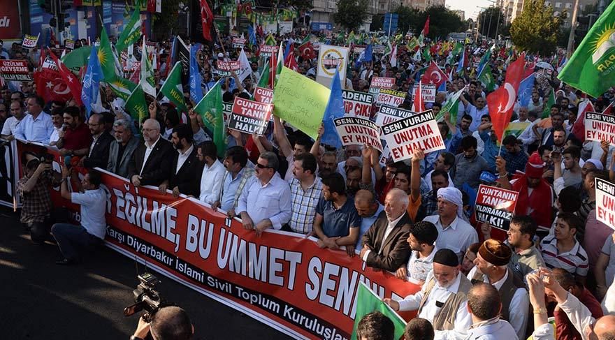 Diyarbakır'da bazı siyasi partiler ile sivil toplum kuruluşları İstasyon Meydanı'nda düzenlenen mitingle darbe girişimini protesto etti. Protestocular Türk bayrakları taşıyıp, tekbir getirdi.