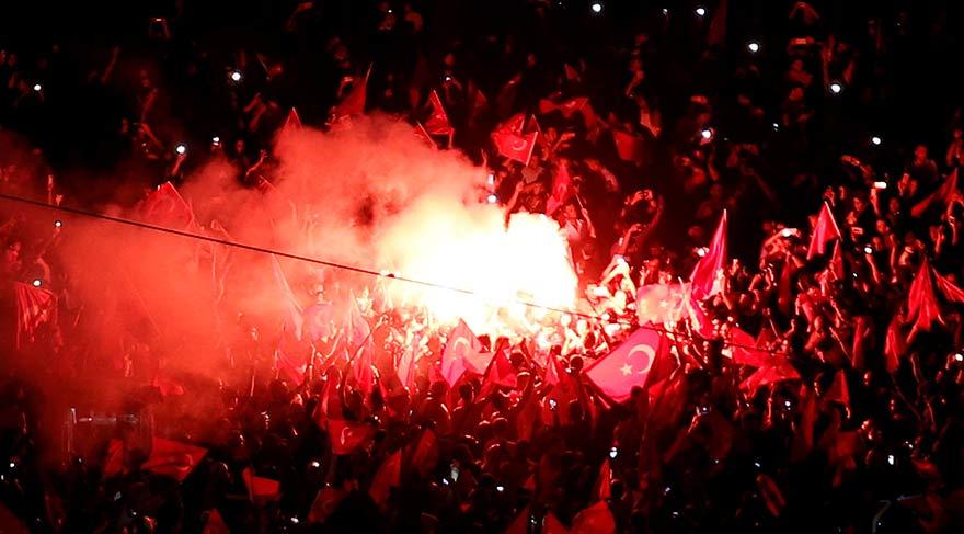 Türkiye darbe girişimini protesto ediyor… Yüzbinlerce kişi meydanlara akın etti