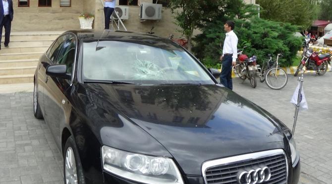 Iğdır Belediye Başkanı'nın aracının camını kırdılar