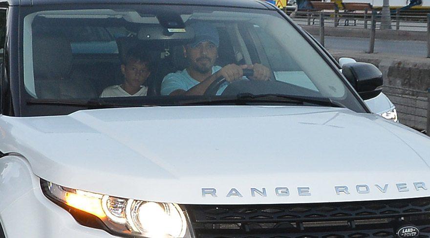 Emre Altuğ yeni arabasıyla oğlunu gezdirdi