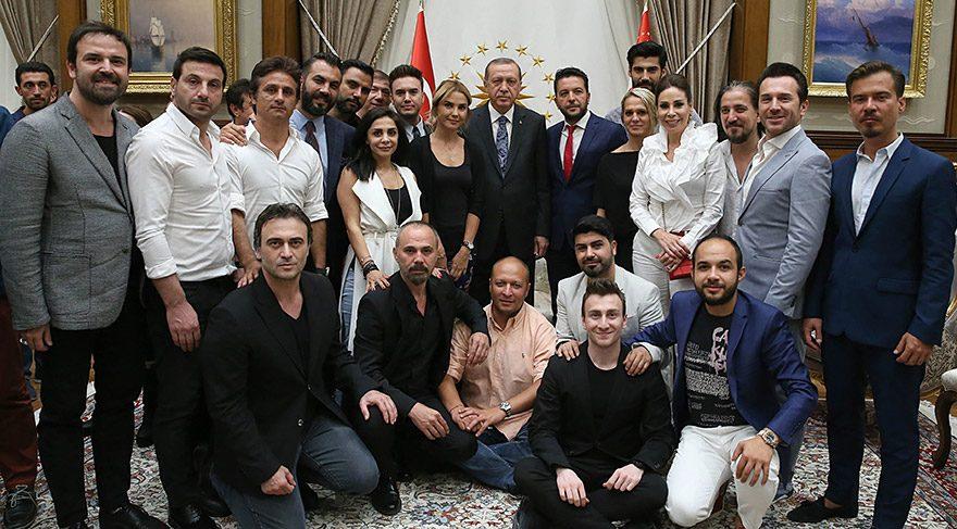 Cumhurbaşkanı, sanatçı, oyuncu, radyocu ve sporcuları kabul etti