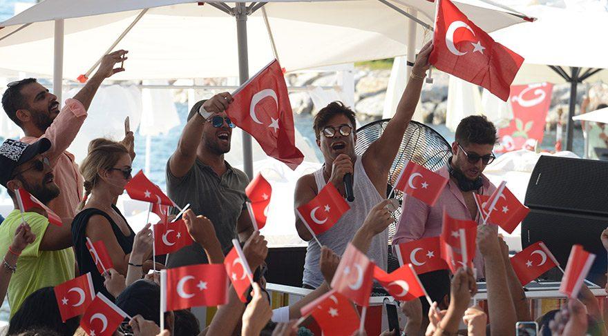 Fatih Ürek'ten bayraklı konser