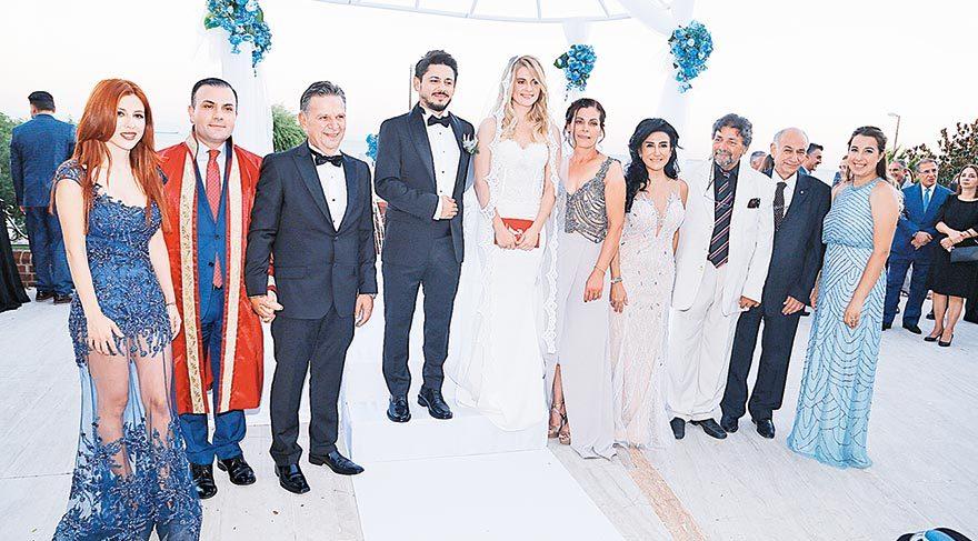 (Soldan sağa) Naz Katırcıoğlu, nikah memuru, Prof. Dr. Sami Katırcıoğlu, Sedat Katırcıoğlu, Dilara Geridönmez, Emine Geridönmez, Melda Katırcıoğlu, Avukat Tarık Haktan, Tuncay Çaylı, Kübra Yazıcı