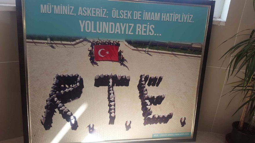 FOTO: DHA / Çamardı İmam Hatip Lisesi öğrencileri harf gibi dizilip R.T.E. yazmış ve tablo haline getirilen o fotoğraf da Cumhurbaşkanı Recep Tayyip Erdoğan'a hediye edilmişti.