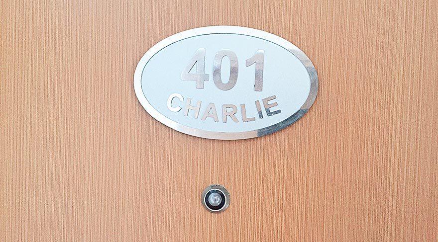 Charlie'nin adı otelde her zaman kaldığı odanın kapısına yazıldı.