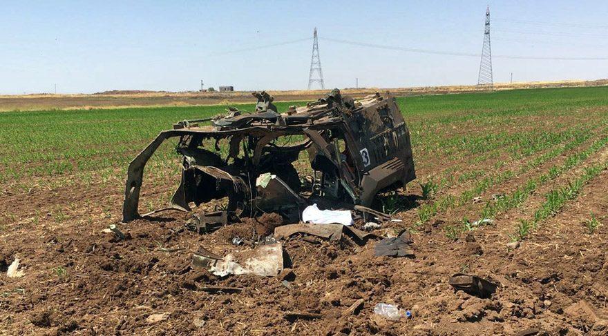 FOTO:İHA - Hainlerin bombalı saldırısı sonucu 3 polisin şehit olduğu araç hurdaya döndü.