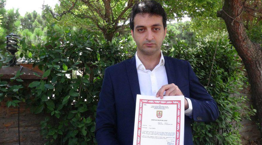 Foto: DHA - Turgut Samsa, Kara Kuvvetleri Komutanlığı disiplin onur belgesini gösterdi.