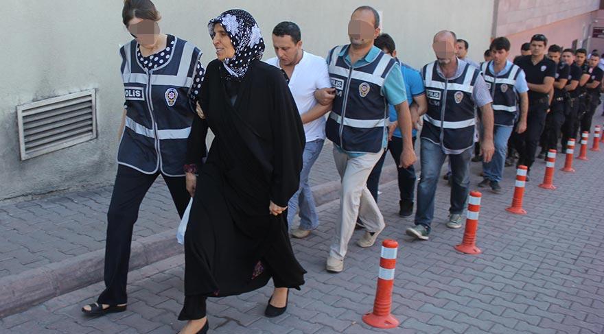 Aralarında Aliye Boydak (öndeki siyahlı) ve İlknur Özlü'nün de bulunduğu 15 şüpheli nöbetçi mahkemeye çıkarılmak üzere adliyeye gönderildi.