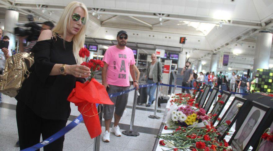 Seda Sayan Atatürk Havalimanı Dış Hatlar Terminali'nde ölenlerin anısına karanfil bıraktı