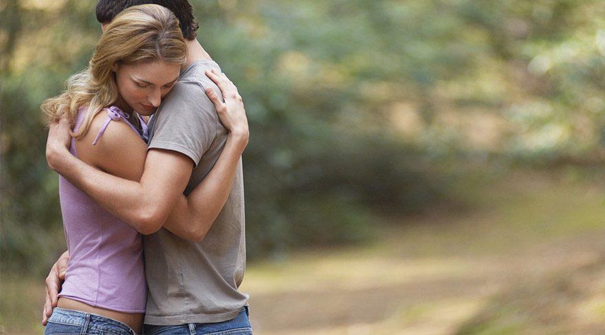 Sarılırsak, kucaklaşırsak ve birbirimize dokunursak Oksitosin hormonu salgılanır.