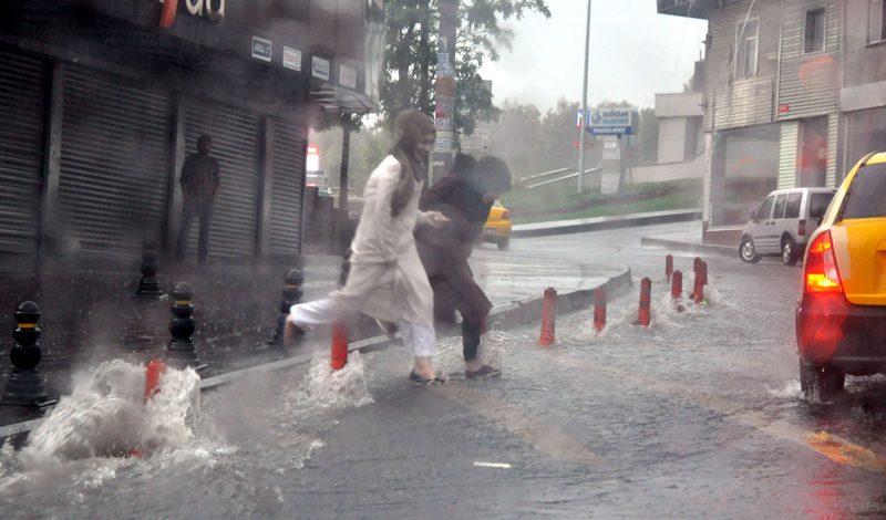 FOTO:DHA - Bağcılar, Fatih gibi ilçelerde su baskınları meydana geldi.