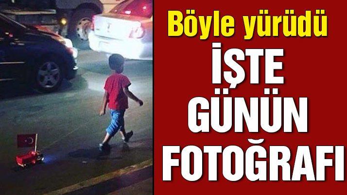 Türk bayrağı iliştirdiği oyuncak kamyonuyla yürüdü