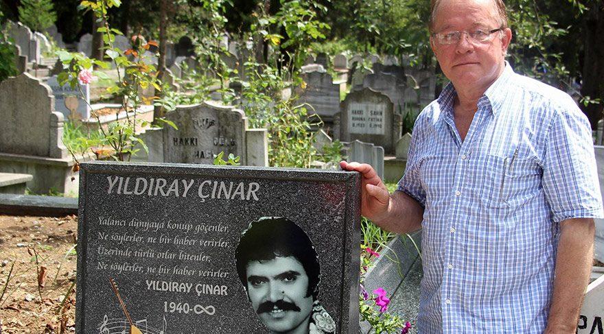Yıldıray Çınar'ın hayranı Muammer Çakıroğlu her Türkiye ziyaretinde Çınar'ın mezarına koşuyor