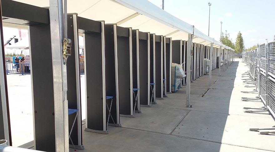 Miting alanına dün vatandaşların geçeceği yerlerde X-Ray cihazları kuruldu.
