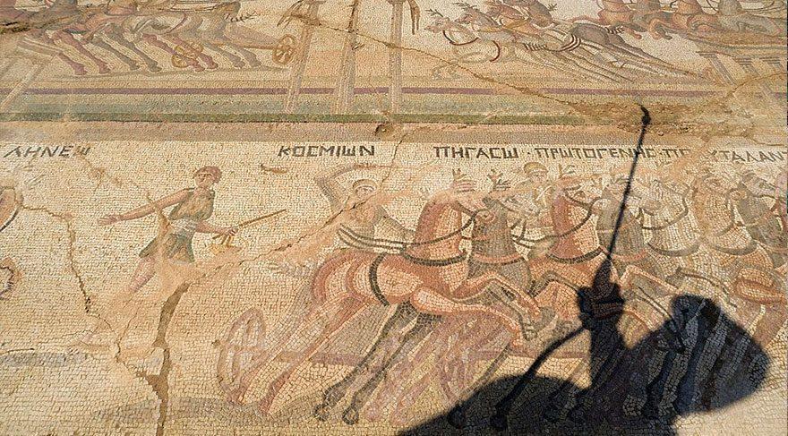 Kıbrıs Rum Kesimi'nde 4. yüzyıldan kalma Hipodrom'daki antik Roma araba yarışmaları resmeden mozaik ortaya çıkarıldı