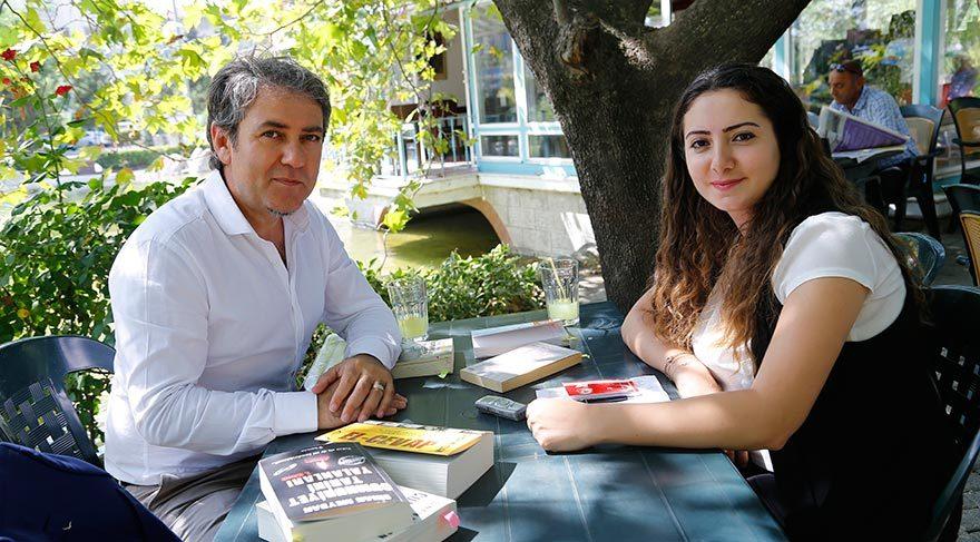 """FETÖ'YÜ ANLAMAK İÇİN SON 65 YILA BAKMAK GEREKİR Sinan Meydan, Hande Zeyrek'in sorularını yanıtladı. Atatürk üzerine yaptığı çalışmalarla tanınan Meydan, darbe girişimi için, """"Atatürk'ün ölümünden sonra Türkiye'de bir karşı devrim süreci başladı. 15 Temmuz'u hazırlayan işte bu 65 yıllık süreçtir"""" dedi."""