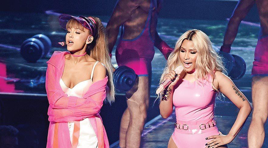 2-Ariana-Grande,Nicki-Minaj-spl1342147_045