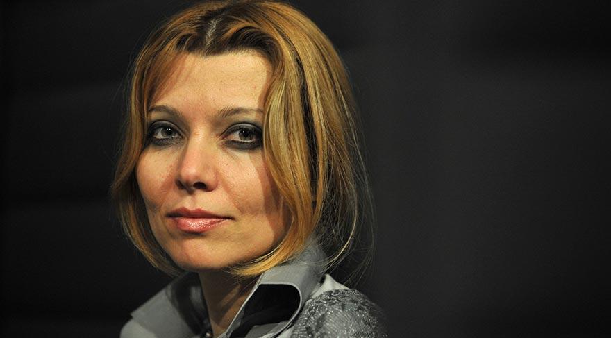 FETÖ 90'lı yıllarda Elif Şafak'la temasa geçti.