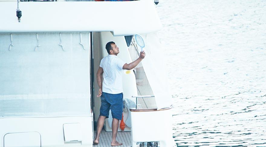 Tekne mürettebatı yetmedi, Süreyya Yalçın'ın arkadaşları da ellerine raketi alıp sinek kovaladı.