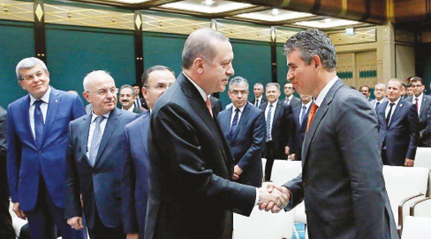 BUZLARI ERİTEN TOKALAŞMA Cumhurbaşkanı Erdoğan, TBB Başkanı Metin Feyzioğlu ve beraberindeki 70 baro başkanını önceki gün sarayda ağırlamıştı.
